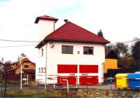 Původní požární zbrojnici postavil vletech 1930-1931 stavitel Eduard Palát zKřivého podle plánu zhotoveného stavební kanceláří Dvořák & Hladiš zVal.Meziříčí. Vroce 1956 přistaveno patro a sušící věž. Na snímku stav vroce 2013.