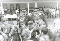 Družstvo mladých požárníků na soutěži vKarolince vroce 1987.