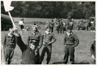 Členové družstva na požární soutěži ve Lhotce nad Bečvou vroce 1988. Vpředu spraporkem rozhodčí Josef Borák, za ním zleva stojí Jan Žlebek, Pavel Mužík, Jirka Žlebek a Radek Blažek.