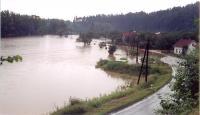 Katastrofální červencové záplavy vroce 1997.  Pohled na zaplavenou okresní silnici do Vsetína zželezniční stanice Brňov.