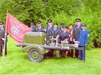 Členové sboru na Hasičském dni vzámku Kinských ve Val. Meziříčí dne 13.5.2012 pózují za starým agregátem DS-16.